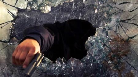 Шаблон для мужчин-грабитель за стеклом